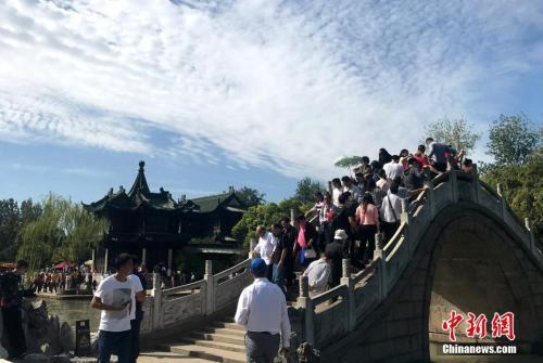 中国黄金周首日1.22亿人次出游_花了1030亿元