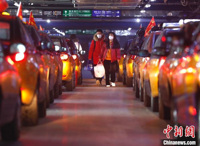 北京交通部门周密部署_接续高效疏散返京乘客